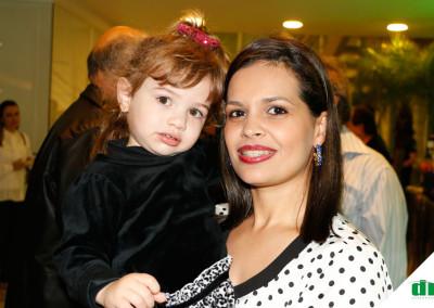 Mariana-Rodrigues-curtindo-o-colinho-da-Madrinha-Clariane-Prates-Flores